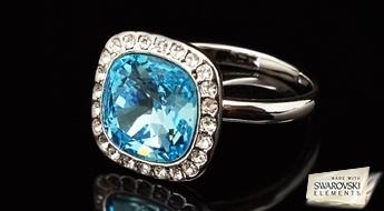 """Rets apzeltíts gredzens """"Bella"""" ar gaiši ziliem Swarovski Elements kristāliem ierāmējumā no caurspīdīgiem Austrijas fianītiem."""
