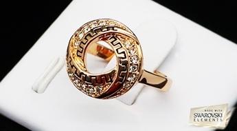 Apzeltīts gredzens ar ēģiptiešu dizainu, rotāts ar Swarovski Elements™ kristāliem. Lielisks mirdzums un skaistums!
