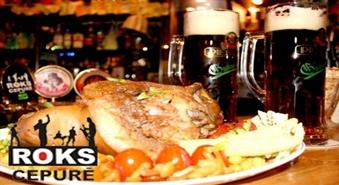 """Sātīga maltīte - 1,2 kg cūkas stilbiņš, dārzeņi, 2 Piebalgas alus kausi roķīgā bārā """"Roks Cepurē"""""""