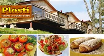 Romantiskai atpūtai: Nakšņošana divvietīgā mājiņā, āra džakuzī un romantiskas vakariņas tūrisma un atpūtas centrā PLOSTI ar 61% atlaidi
